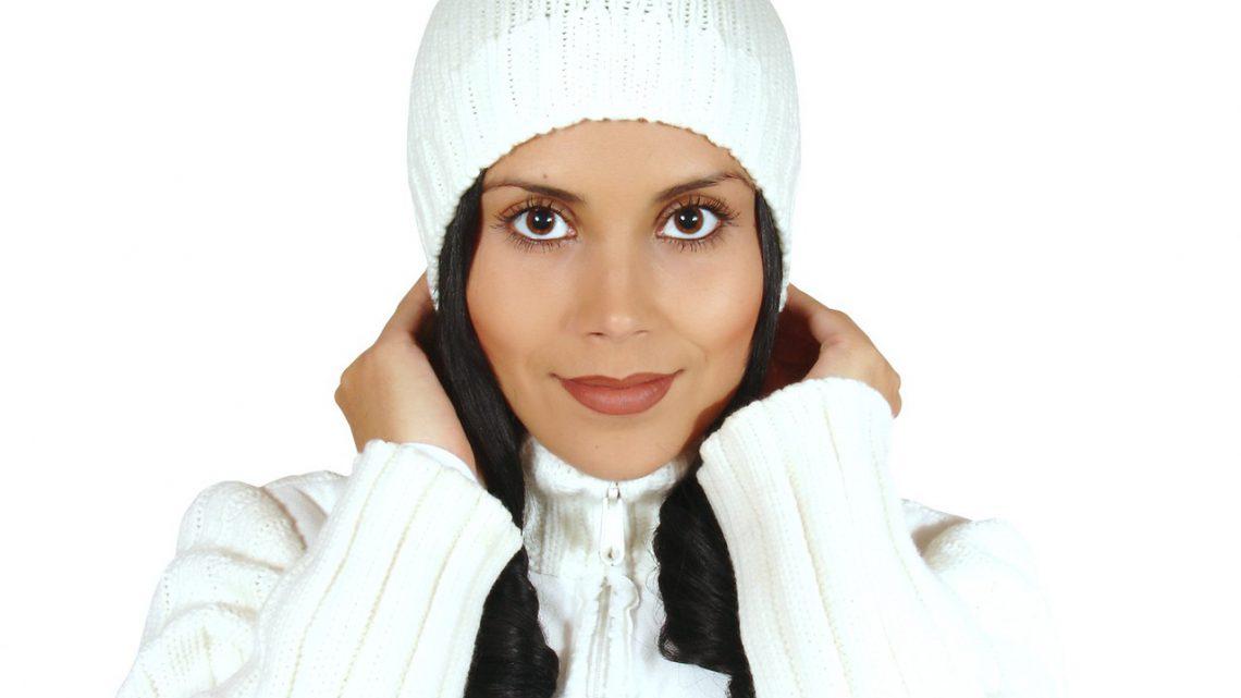 Jak okiełznać włosy pod czapką?